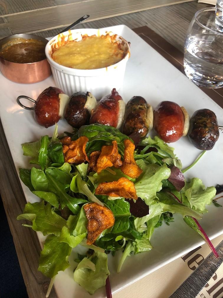 Worstjes uit de streek met verse kruiden bij Restaurant Le Clos Bernard van de open Grill Restaurant Tips Méribel Foodblog Foodinista