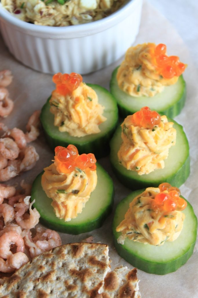Gevulde komkommer met ei en zalm recept Vis Borrelplank recept van Foodblog Foodinista Foodblog Foodinista