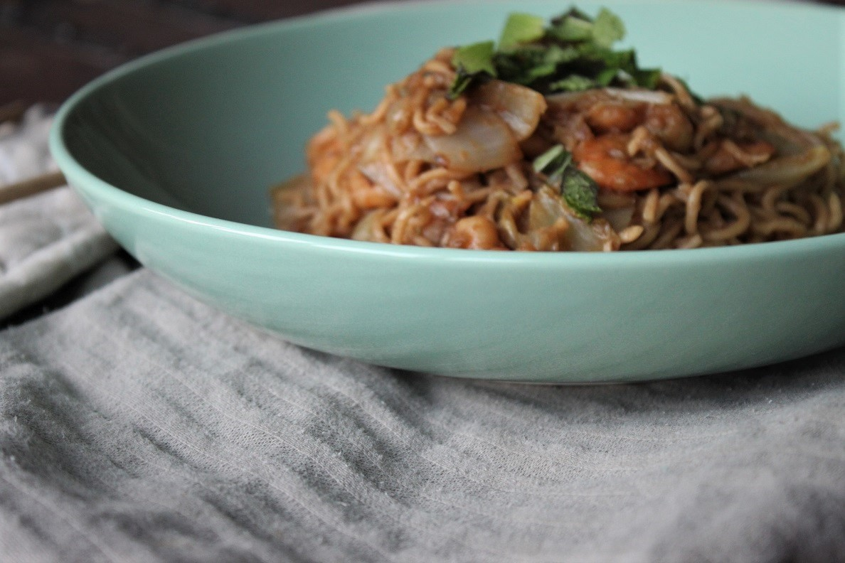 Roerbaknoedels met garnalen, prei, champignons in sojasaus met verse kruiden van Foodblog Foodinista