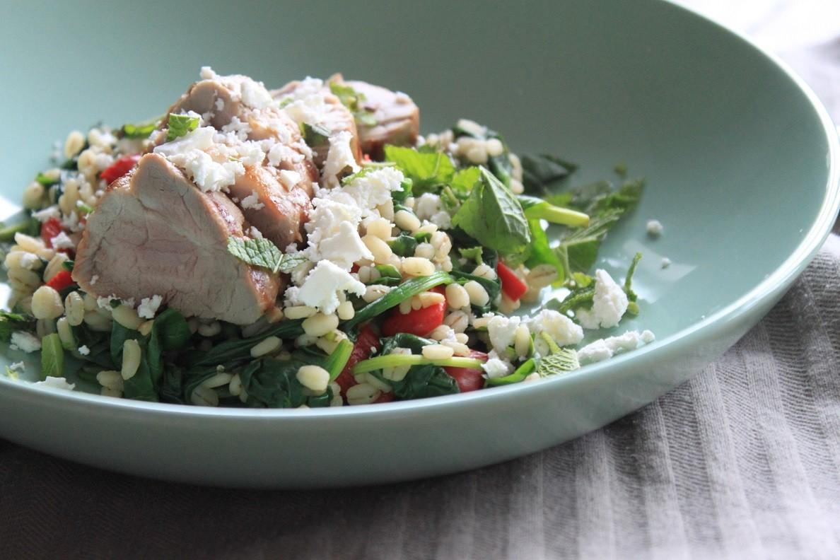 Parelgortrisotto met spinazie, tomaat, varkenshaas en feta recept van Foodblog Foodinista