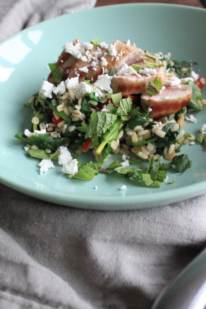Risotto van parelgort met spinazie, tomaat, varkenshaas en feta recept van Foodblog Foodinista