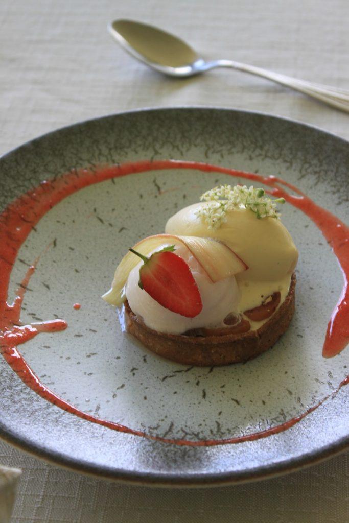 Aardbeien, rabarber, vlierbloesem dessert Restaurant Du Levant Ardeche lokale producten Frankrijk Foodblog Foodinista