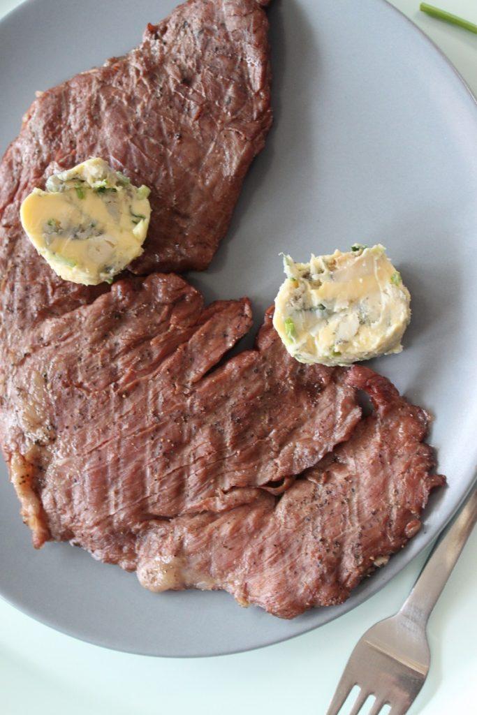 Barbecuerecept bavette bereiden met gorgonzolaboter Foodblog Foodinista