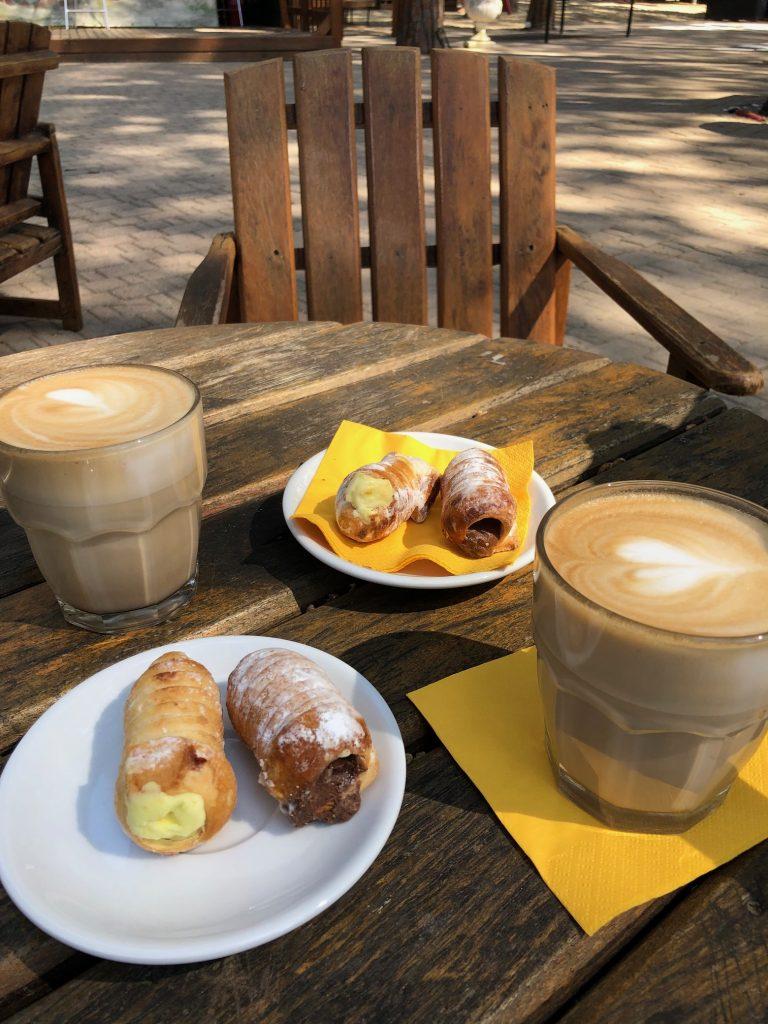 Koffiedrinken op de camping met lekkernijen van de markt Camping Albatros met stacaravan van Eurocamp reistips van Foodblog Foodinista