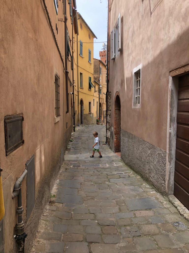 Kleine steegjes in Castagneto Carducci dorpjes in Toscane met prachtig uitzicht en wildzwijn eten tips van Foodinista