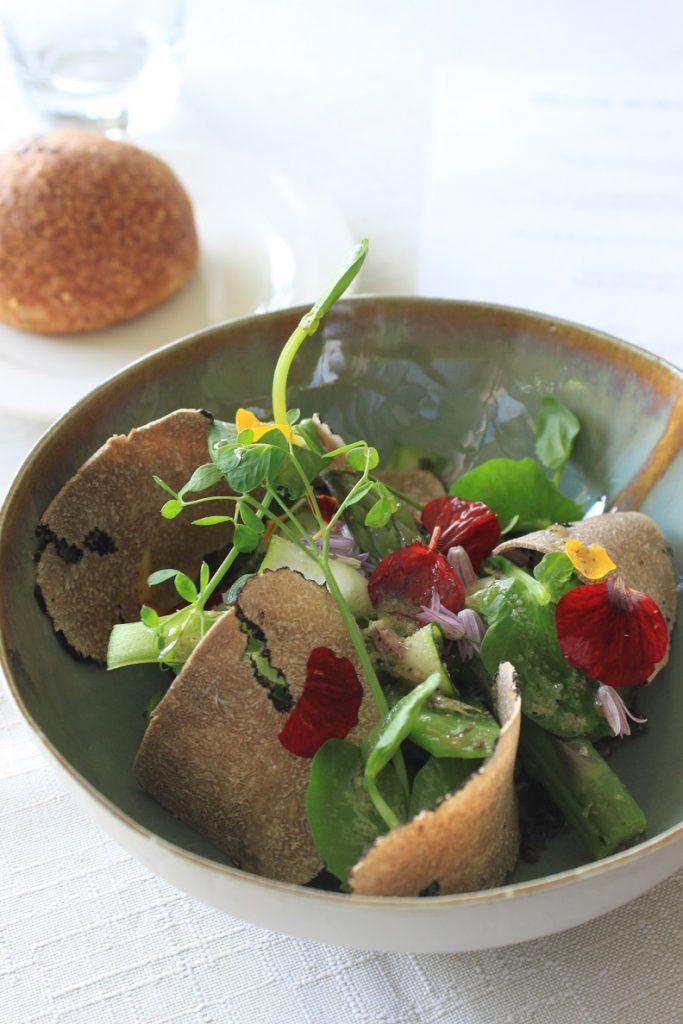 Voorgerecht groene groente salade met zomertruffel en bloemen bij Du Levant Ardeche Frankrijk restaurant tips Foodblog Foodinista