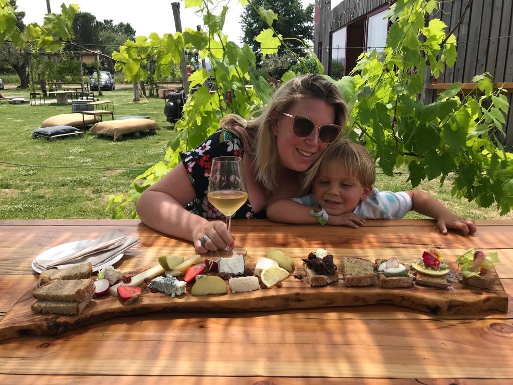 Genieten van een anti pasti plank tussen de wijnranken in Toscane restaurant tips in Toscane van Foodblog Foodinista