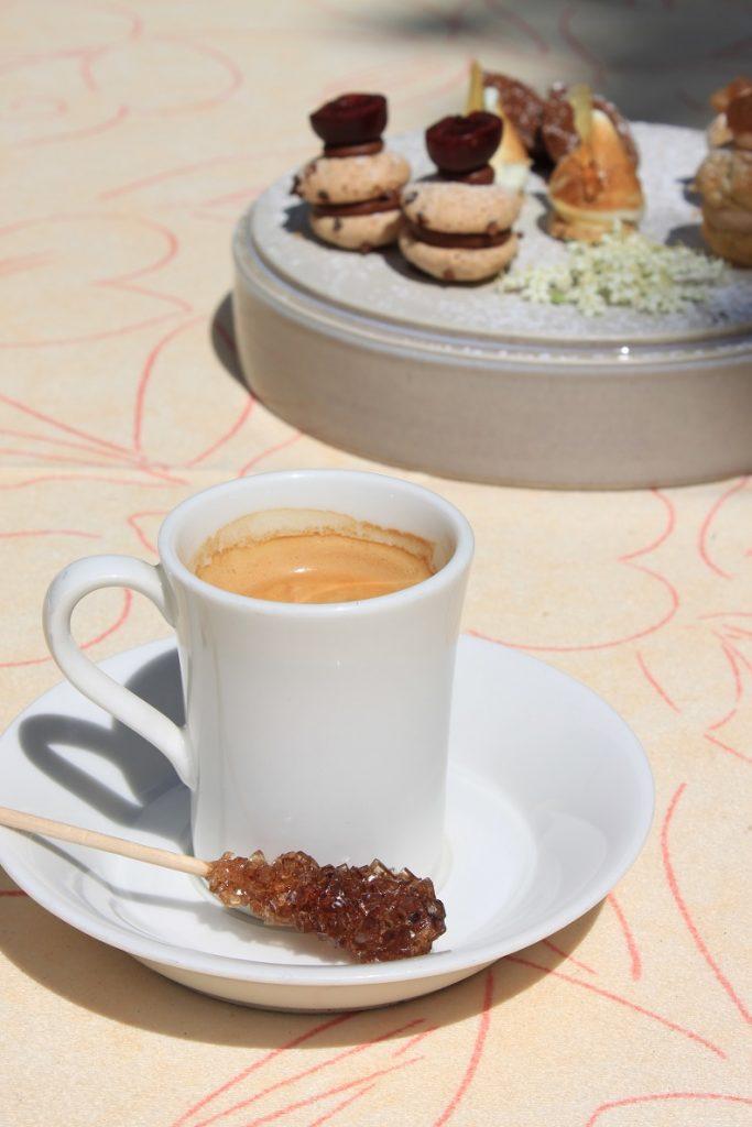 Koffie met friandises bij Restaurant in de Ardeche Du Levant tips van Foodblog Foodinista