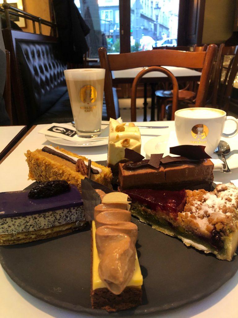Taartjes en koffie bij koffiehuis Gerloczy in Budapest eten en drinken tips van Foodinista in Boedapest