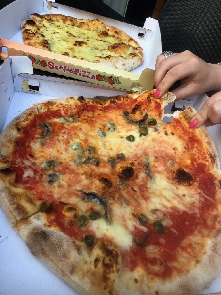 Pizza's op Camping Albatros de eerste avond van de vakantie eettips op vakantie in Italié van Foodblog Foodinista