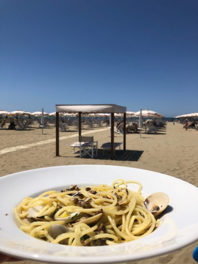 Spaghetti Vongole op het strand in Viareggio restaurant tips van Foodblog Foodinista in Toscane