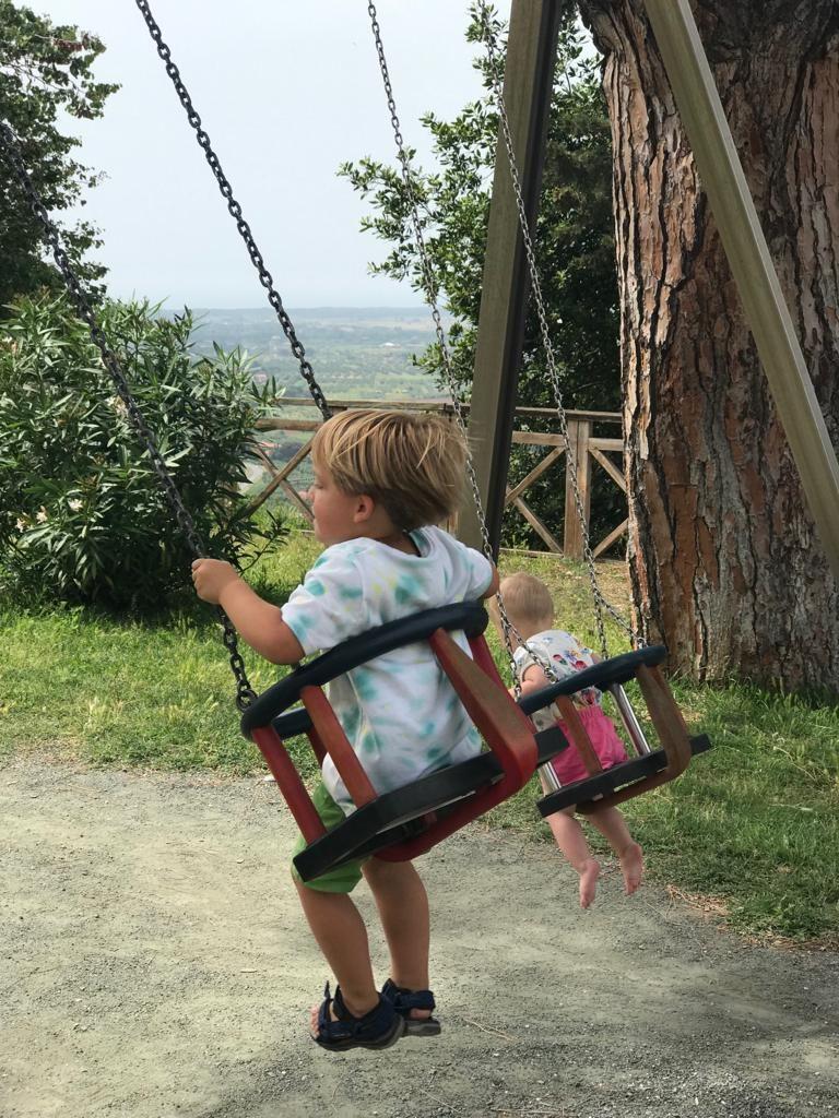 Speeltuin in Toscane met prachtig uitzicht over de Toscaanse heuvels Toscane ontdekken met kinderen tips van Foodinista