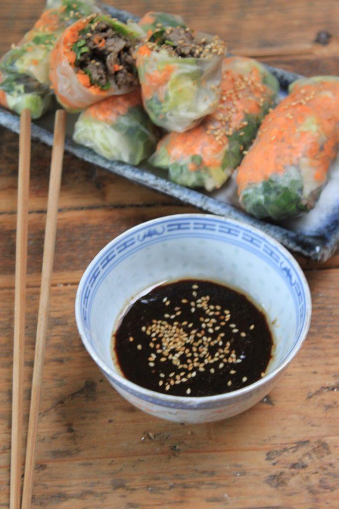 Springrolls met tartaar, gemengde groente en soja dipsaus