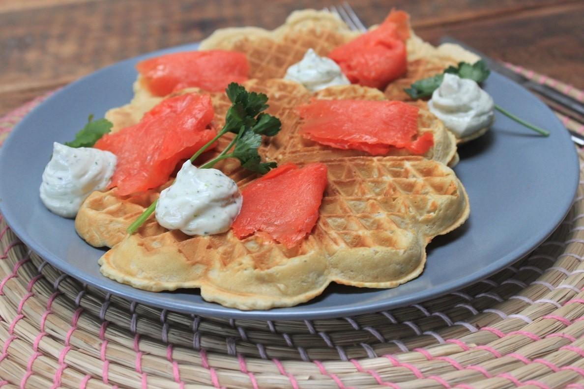 Hartige wafels recept met zalm en bieslookroom van Foodblog Foodinista