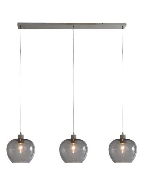 Industriële hanglamp boven de eettafel