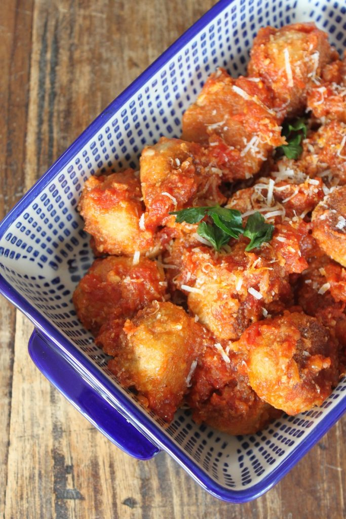 Italiaanse kipgehaktballetjes met Parmezaan en pijnboompitjes in tomatensaus recept van Foodblog Foodinista