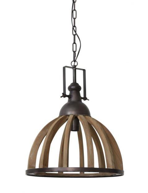 Landelijke hanglamp boven de eettafel