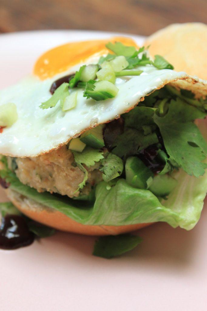 hamburger met kip zelf maken met hoisinsaus recept van Foodblog Foodinista