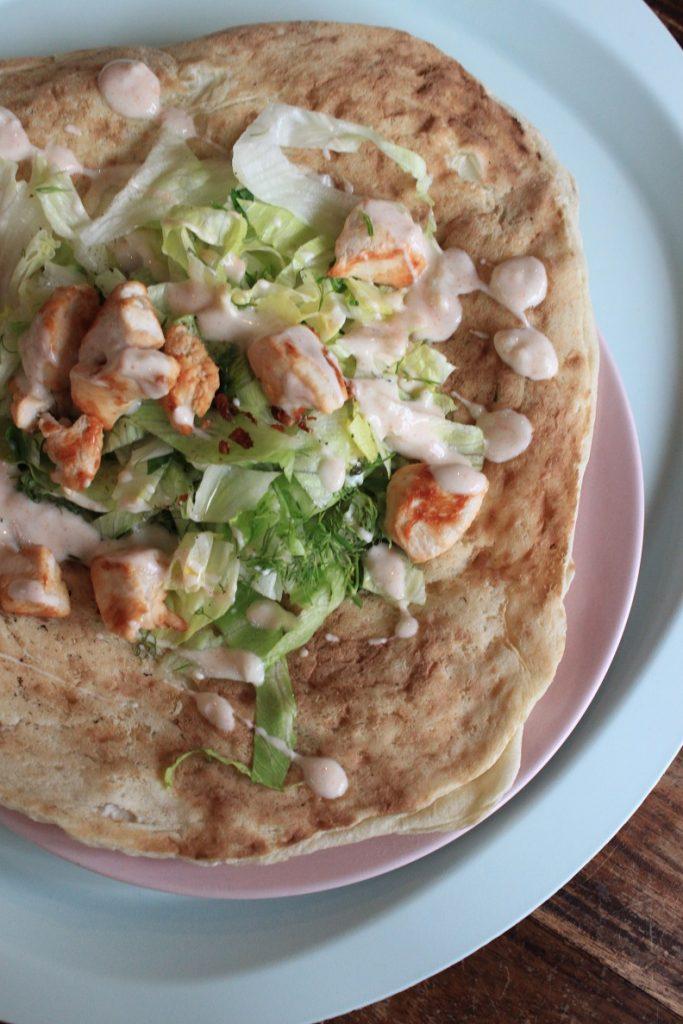 Platbrood met kip, salade en yoghurtsaus recept van Foodblog Foodinista