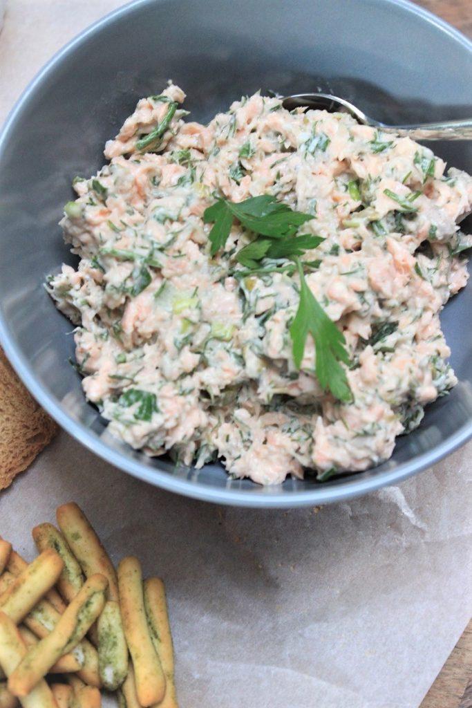 Zalmsalade met verse moot zalm voor op de borrelplank met vis recepten van Foodblog Foodinista