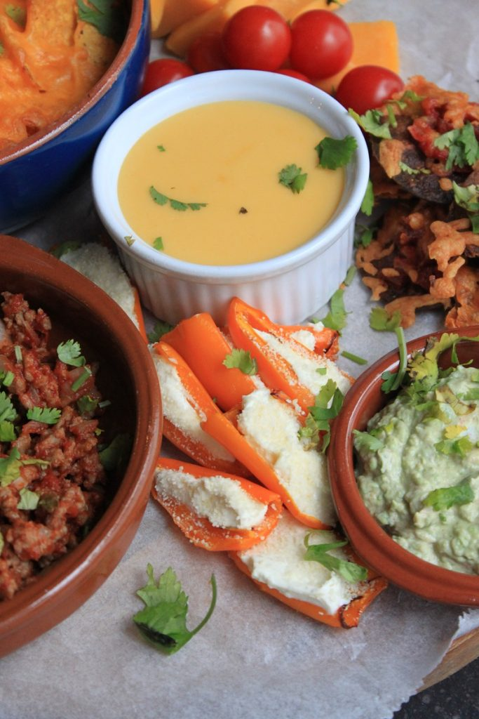Avocado dipsaus, gevulde paprika's met roomkaas en cheddar dipsaus op Mexicaanse borrelplank van Foodblog Foodinista