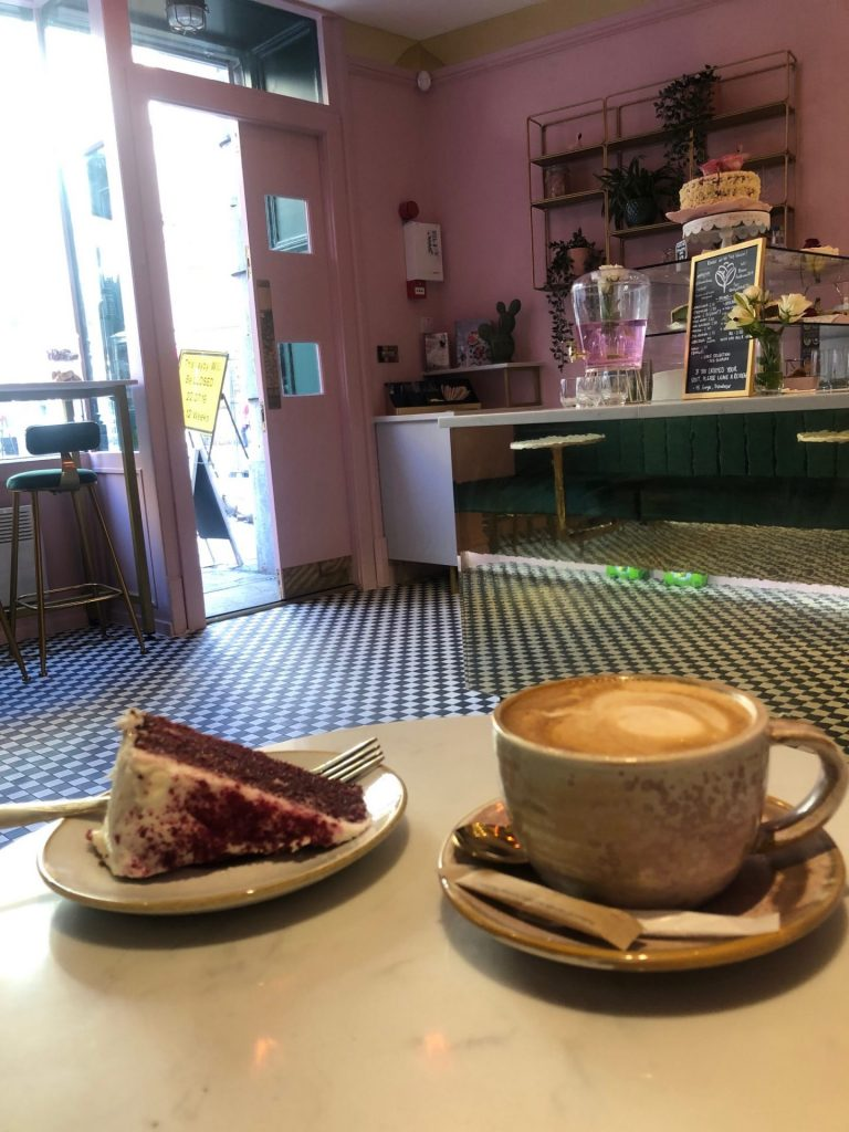 Vegan Red Velvet Cake and Cappuccino bij Leaf and Bean in Liverpool eten en drinken tips op reis van Foodblog Foodinista