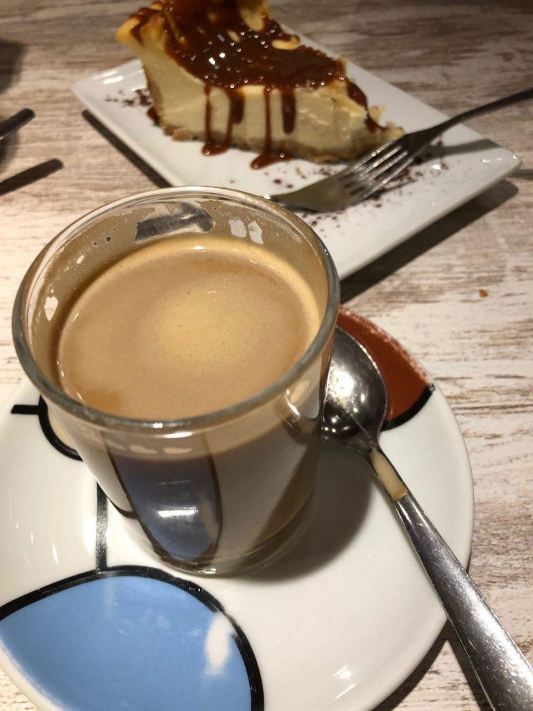 Cafe bon bon met caramel cheesecake lekker koffie drinken in Madrid bij koffietentjes in het centrum tips van Foodblog Foodinista