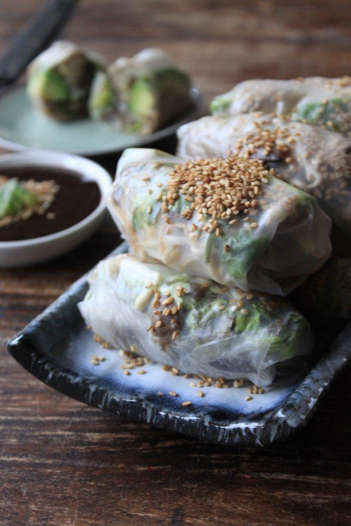Vegetarische springrolls met paddenstoelen vulling en avocado en taugé Aziatisch recept van Foodblog Foodinista