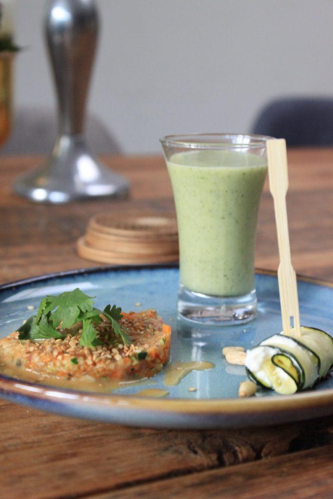 Trio van Courgette - Courgette voorgerecht met courgette tartaar, courgettesoep en courgetterolletje met mascarpone van Foodblog Foodinista