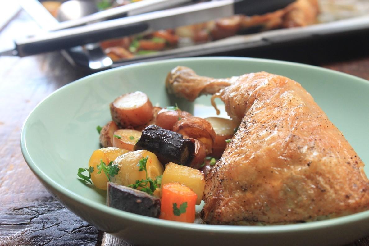 Gegrilde kip, aardappeltjes en worteltjes uit de oven op bord recept van Foodblog Foodinista