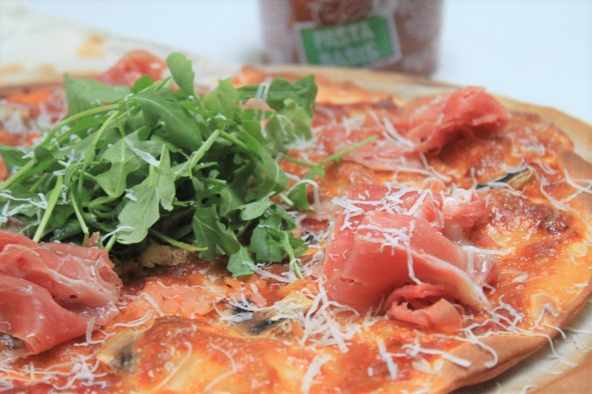 Lekkere pizza topping ideeën van Foodblog Foodinista met verspil met nietjes pastabasis saus