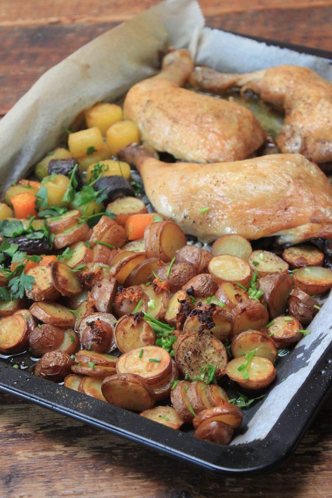 Bakplaat recept kip, knoflookaardappeltjes en worteltjes van Foodblog Foodinista