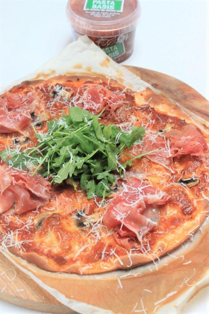 Pizza met Italiaanse ham en champignonsLekker pizza topping ideeën van Foodblog Foodinista Recepten met verspil-met-nietjes pastabasis saus
