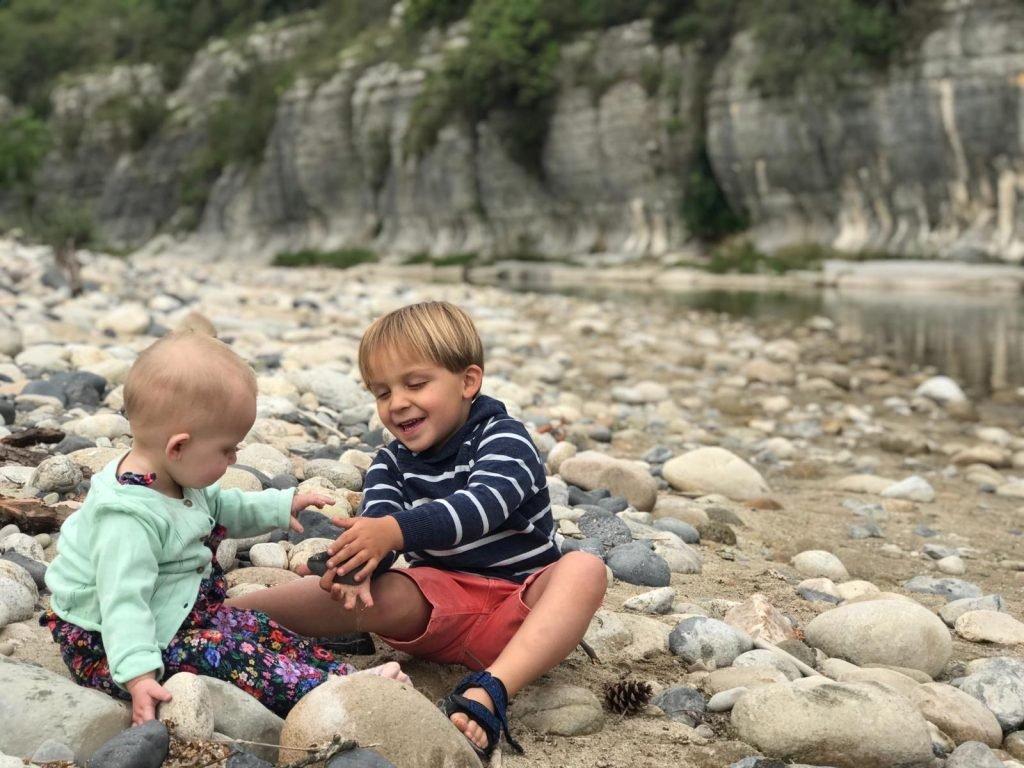 Kinderen genieten op het strandje van Camping Coudoulets in de Ardeche