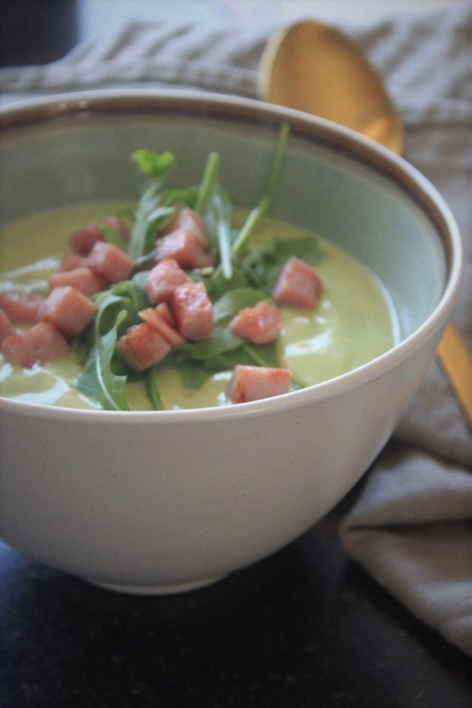 Bloemkool-broccolisoep recept met hamblokjes en rucola van Foodblog Foodinista