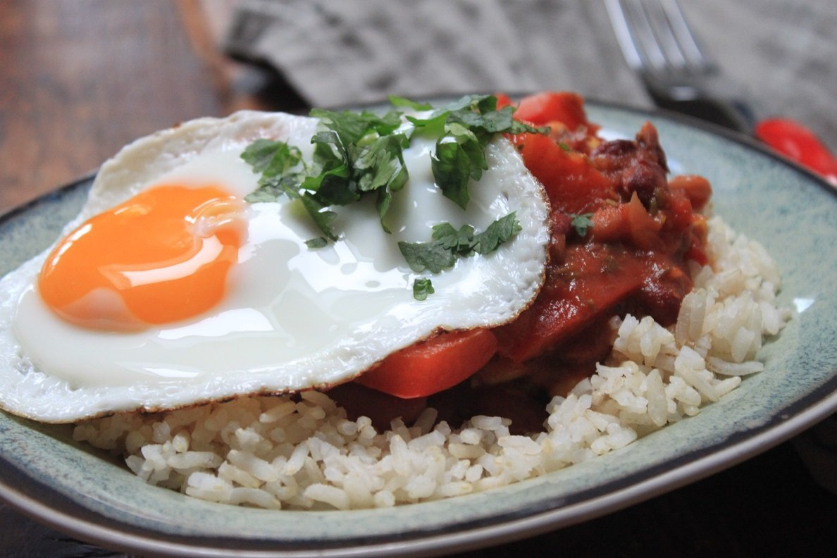 Gemengde bonenschotel met gebakken ei en rijst recept van Foodblog Foodinista