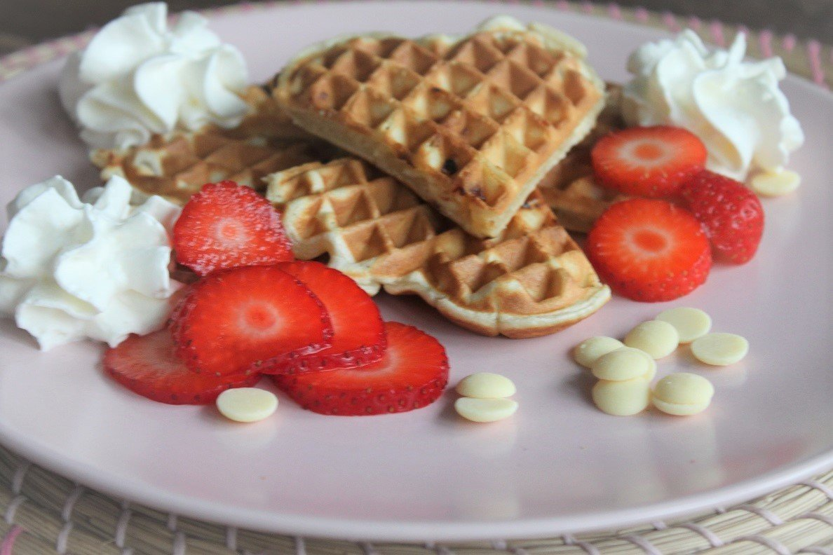 Vanillewafels met witte chocolade, aardbeien en slagroom recept van Foodblog Foodinista