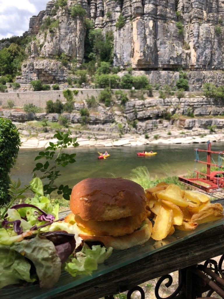 Hamburgers eten aan de Ardeche met prachtig uitzicht