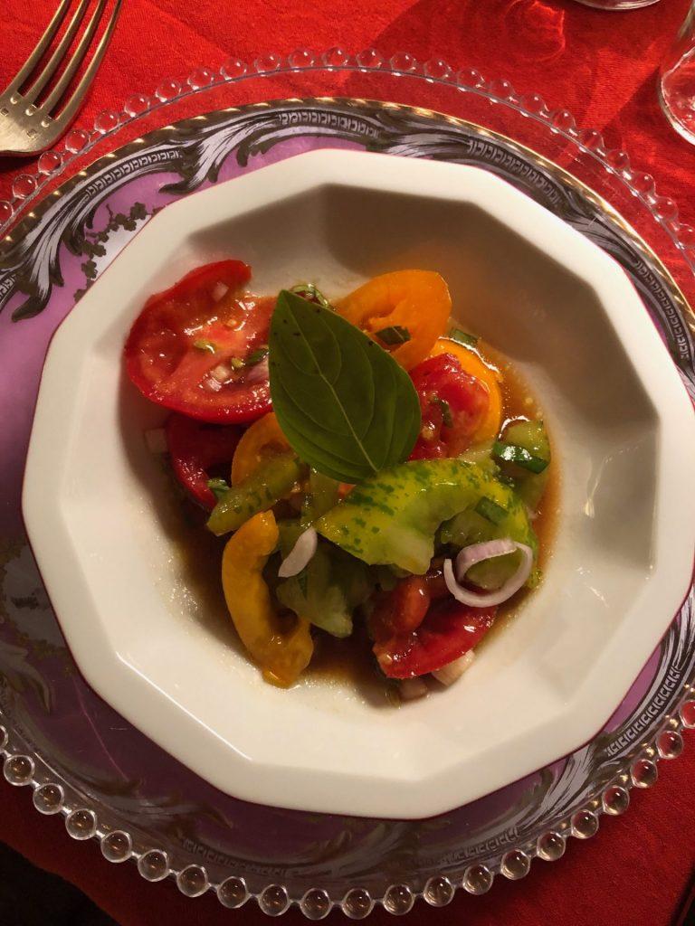 Overnachten in de Loire bij Laiterie du Gontey Tables du Hotes voorgerecht gevarieerde tomatensalade