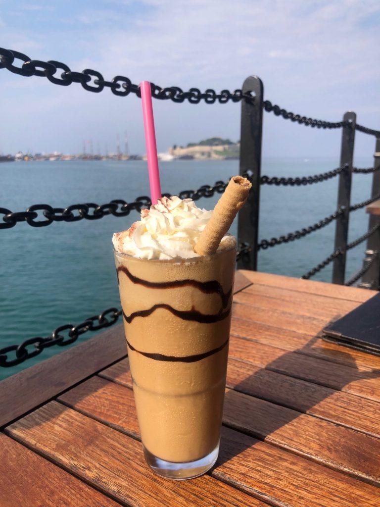 Ijskoffie drinken aan de boulevard van Kusadasi in Turkije