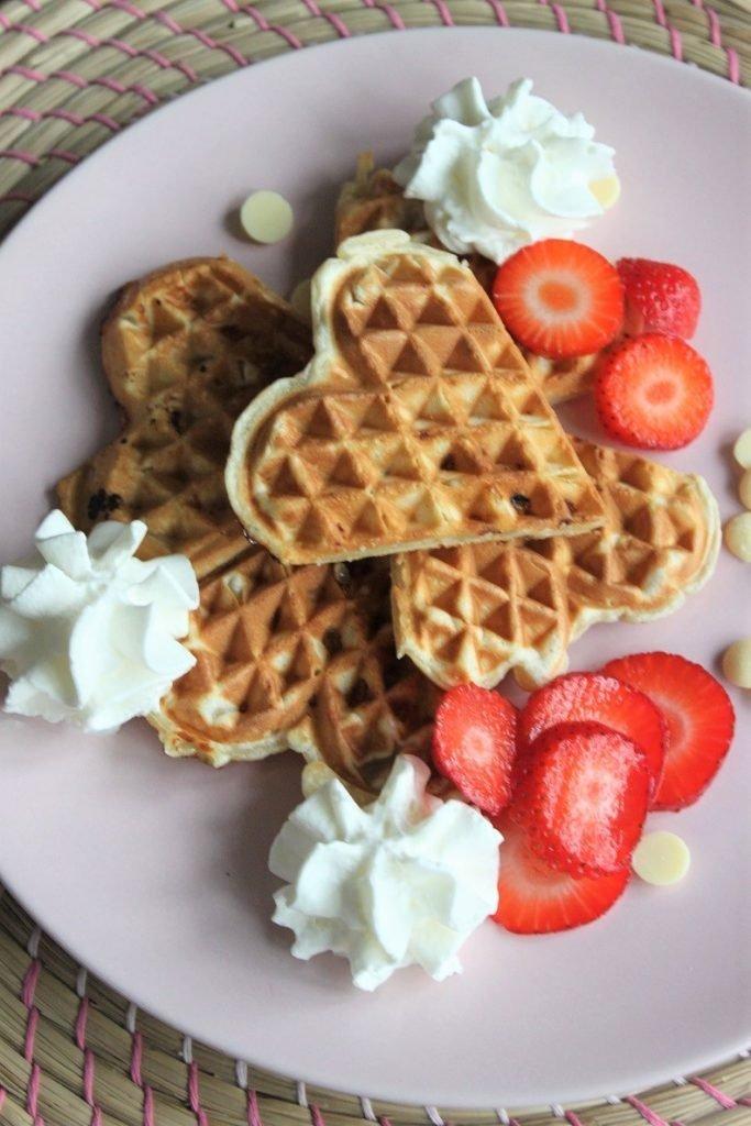 Recept voor Valentijnsdag vanillewafels met witte chocolade, vanilleroom en aardbeien van Foodblog Foodinista