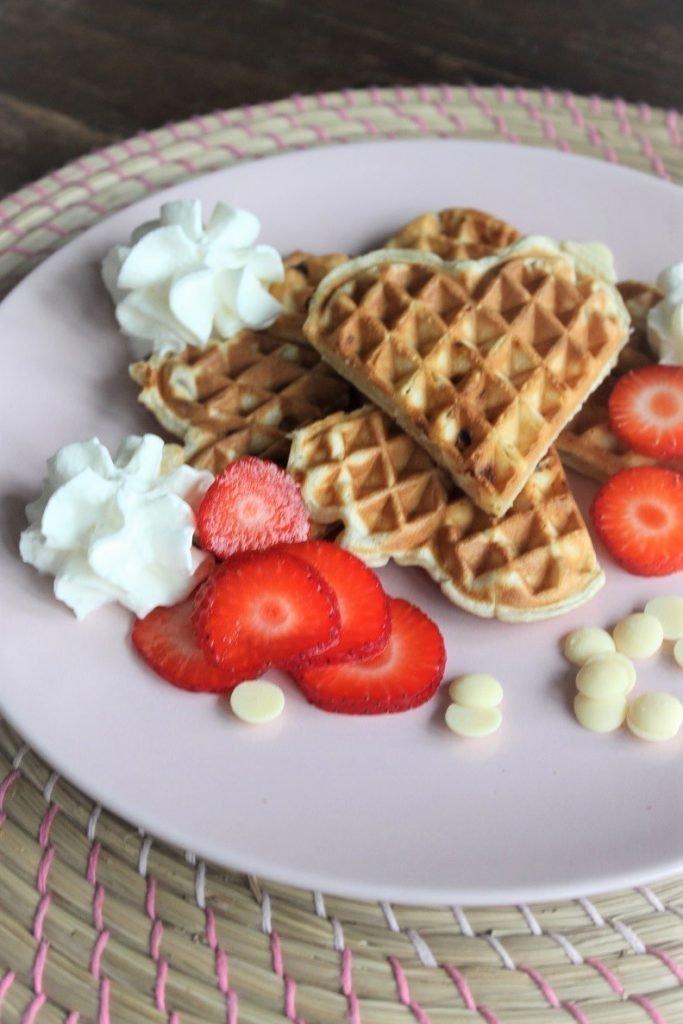 Vanillewafels met witte chocolade, aardbeien en slagroom