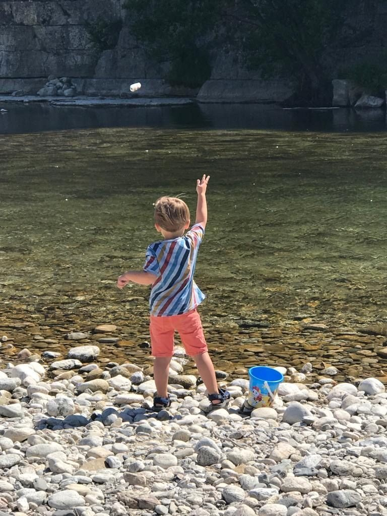 Steentjes gooien in de Ardeche genieten op vakantie met kinderen in Frankrijk
