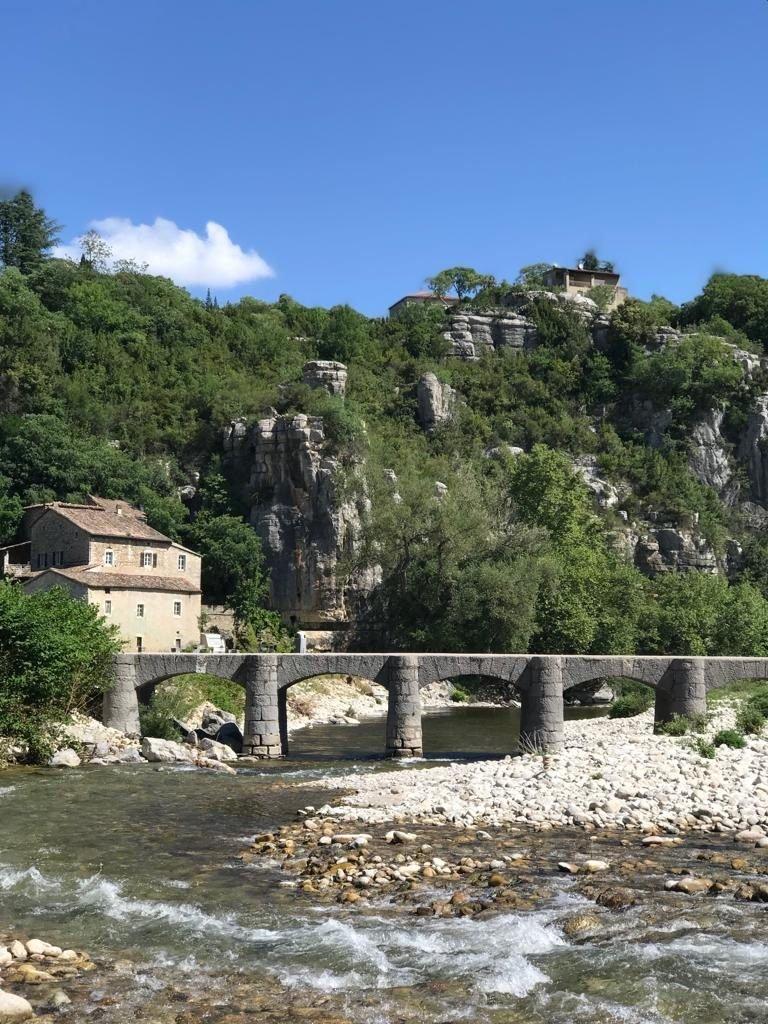 Steentjes gooien in de Ardeche genieten op vakantie met kinderen in Frankrijk met prachtig uitzicht