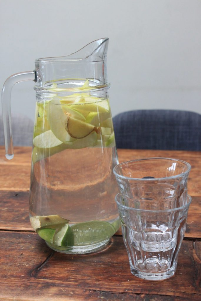 Helder fruitwater met appel, gember en limoen van Foodblog Foodinista