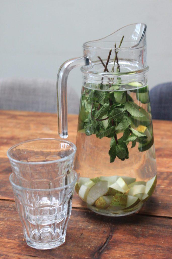 Helder en fris fruitwater met peer en munt