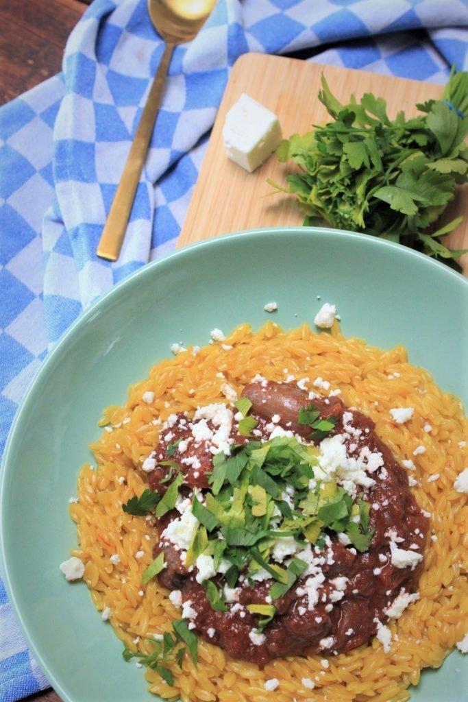 Griekse Stifado recept - Grieks stoofpotje in rode wijn met feta en saffraanorzo - Foodblog Foodinista
