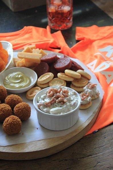 Borrelplank samenstellen met zelfgemaakt Hollandse garnalensalade van Foodblog Foodinista