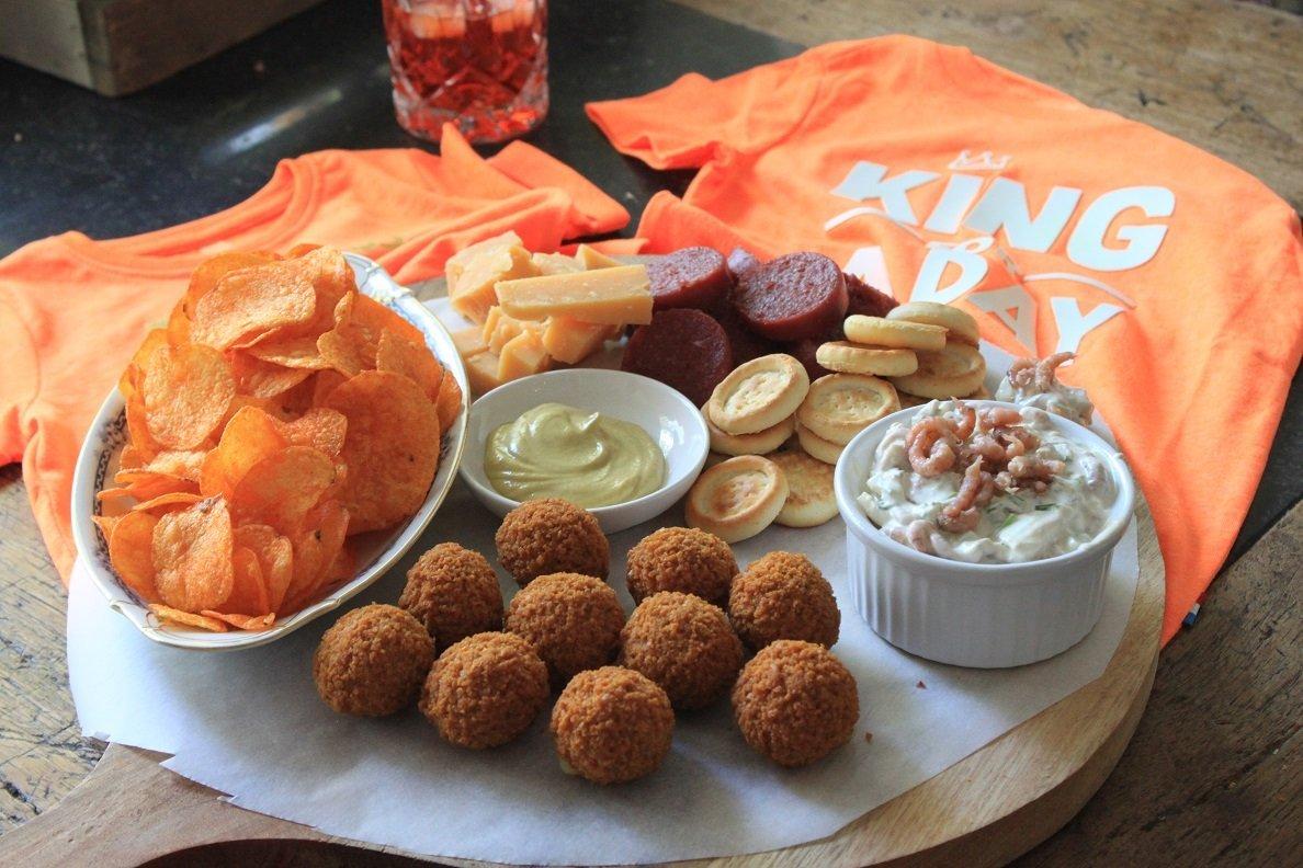 Koningsdag borrelplank voor het proostmoment met Hollandse hapjes tips - Foodblog Foodinista