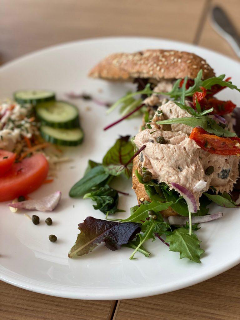 Broodje tonijn en buiten de deur werken